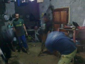 gotong royong membersihkan tanah yang masuk ke dalam rumah Wahyudi Setiawan karena longsor